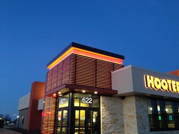 New Hooters of Cedar Hill Opens, Features Large Patio